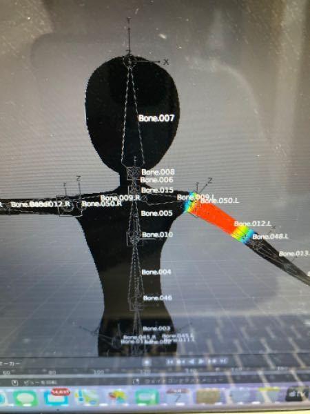 blenderのウェイトペイントの作業をしていて、このようにFKボーンで右腕だけを動かしたいのですが、なぜか胸部と頭まで変形してしまいます。 解決策を教えてください。 回答お待ちしております。