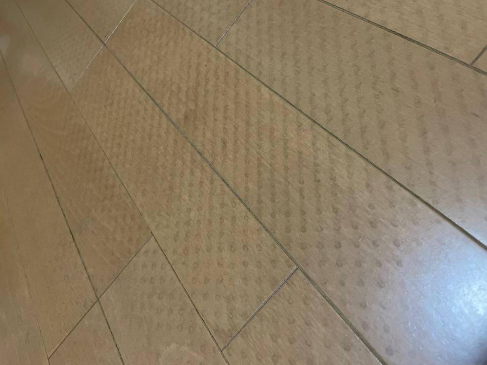 フローリングにカーペットを敷いていましたが、写真のような滑り止めの跡がついてしまいました。水拭きしても全然取れなくて困っています。 良い対処法があれば教えていただけないでしょうか。