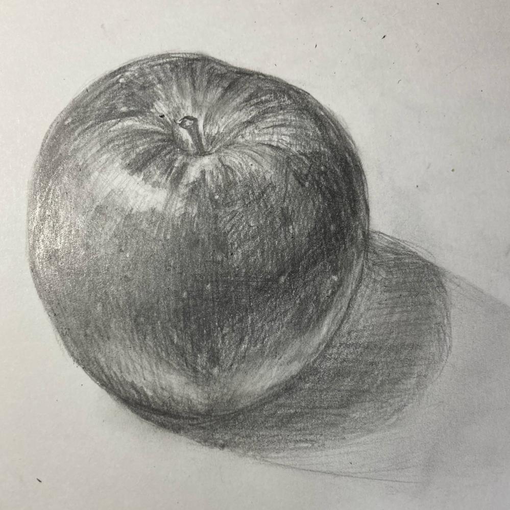 中学3年です。デッサンでりんごを描いてみたんですが、 バランスや模様などがしっかり書けずにいるのでアドバイスやこつなどを教えていただけると幸いです。 良ければ鉛筆の使い分け方も教えて欲しいです。
