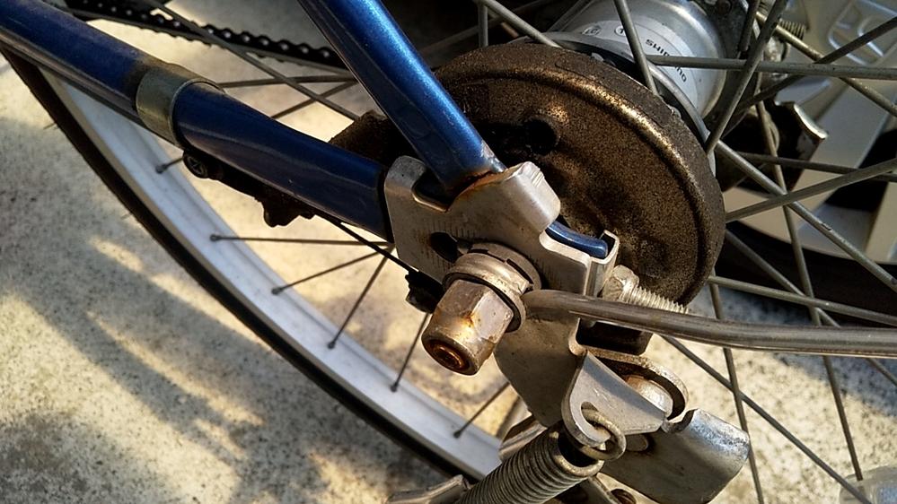 自転車に詳しい方に質問です。 自転車の後輪のギアモーター?のところが、このくらい錆びてしまってるのは自転車の変え時でしょうか? このサビみたいのがスタンドの方まで続いてて、スタンドが外れにくいのと、チェーンの調整を自転車屋さんで見て貰いたいのですが、買い換えを勧められそうな気がします。 でも自転車屋さんは何かと買い換えを勧めてくるので、本当に変え時なのか分かりません。 5年以上、ほぼ毎日乗っています。 アドバイスお願いします。
