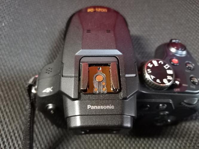 ストロボについてです。 カメラはPanasonic LUMIX FZ-85を使っています。 今ストロボを買おうと思っているのですが、その候補としてNeewer のNW561があります。こちらはフルマニュアルでTTL非対応ですが、別にいいです。 問題は、僕のカメラでこのストロボが使えるかということです。 多分使えると思いますが、念のための質問です。 ちなみに接点は、写真の通りです。 宜しくお願い致します。