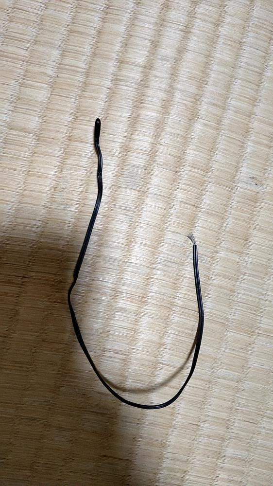 配線の種類について、エアコンに謎の配線があり、触っていたらこれが取れてしまったのですが、これは何かわかりますか? これを取ってもエアコンは起動しています