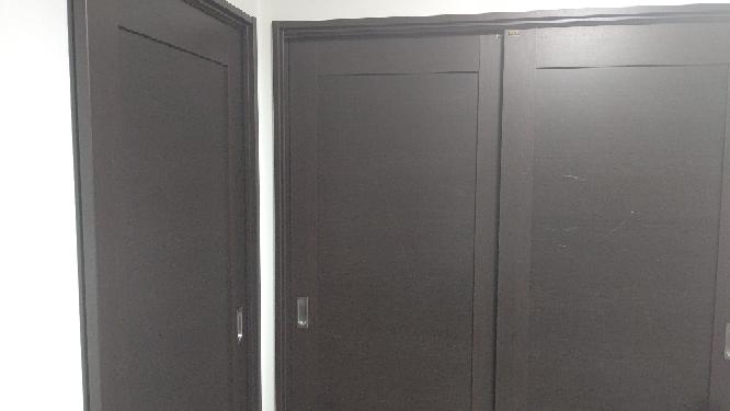 """引き戸を防音……とまでは行かなくても、ゲーム実況しても家族が寝られる程度に抑えたいです。 自室の部屋がご覧の通りカオスな構造でして、画像左の扉が廊下に、正面の2枚扉が弟の部屋に繋がっています。さらに残念なことに、どちらも引き戸です。お互いいい年ですので、正面の扉は自分も弟もほぼ開けません。 幸い賃貸ではないので、素人ではありますが打とうと思えば釘も打てます。 自分の中では 1.アマゾンに売っている隙間テープで「左の扉と壁の隙間」「正面の2枚扉の隙間」が""""扉を閉めたときに無くなるように""""埋める。 2.写真に写っている壁や扉、可能なら天井まで、ウレタン製の吸音ボード(あのギザギザしてるやつ)を貼れるだけ貼る。 という2つの方法が思い浮かんでいます。どちらか片方ではなく、どっちもやるつもりです。 歌を歌ったり楽器を弾けるような完璧な防音室ではなく、ゲームの実況配信ができる程度……具体的に言うと、例えば学校で友達と会話する時くらいの声量でも家中に響かないくらいの防音性は欲しいです。 弟側の生活音も丸聞こえで、椅子やベッドの軋む音、ゲームのコントローラーの音、右手と愛し合うためにティッシュをサッと1枚取り出す音……全部わかります。 ベッドが全体の半分を占める程度には部屋が狭く、だんぼっちのようなデスクごと囲むタイプの防音グッズは導入が難しいです。 できればアマゾンで買えるグッズを用いた方法が良いです。"""