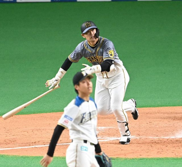 阪神ファンには時間長かったが勝てば疲れも飛ぶ感じでしょうか? 日本ハムvs阪神 火曜日は上沢直之に西勇輝 いきなしに近本光司が中超え三塁打で2四球から満塁で中田翔のミスに渡邉諒のミスの2点だったが西も落ち着かずハムも3回に1点返すが五十幡亮汰と中田が突然消える試合は6回に五十幡の代打から出てた淺間大基が岩貞祐太との左対決も何のそので食らいつき同点 後半は互いに走者出しても決め切れない中で最終回に杉浦稔大でサンズが右に二塁打で代走が植田海も走者を進めれずモヤモヤの中で原口文仁が左へ運んで三塁打で勝ち越し 裏でハムの粘りもスアレスが凌いで終わってみれば阪神の3-2 試合時間が延長なしなのに4時間12分だったそうで この日の交流戦6試合はパ・リーグ側の3勝1敗2分もセ・リーグ側で阪神は唯一勝利を挙げる事になったモノで