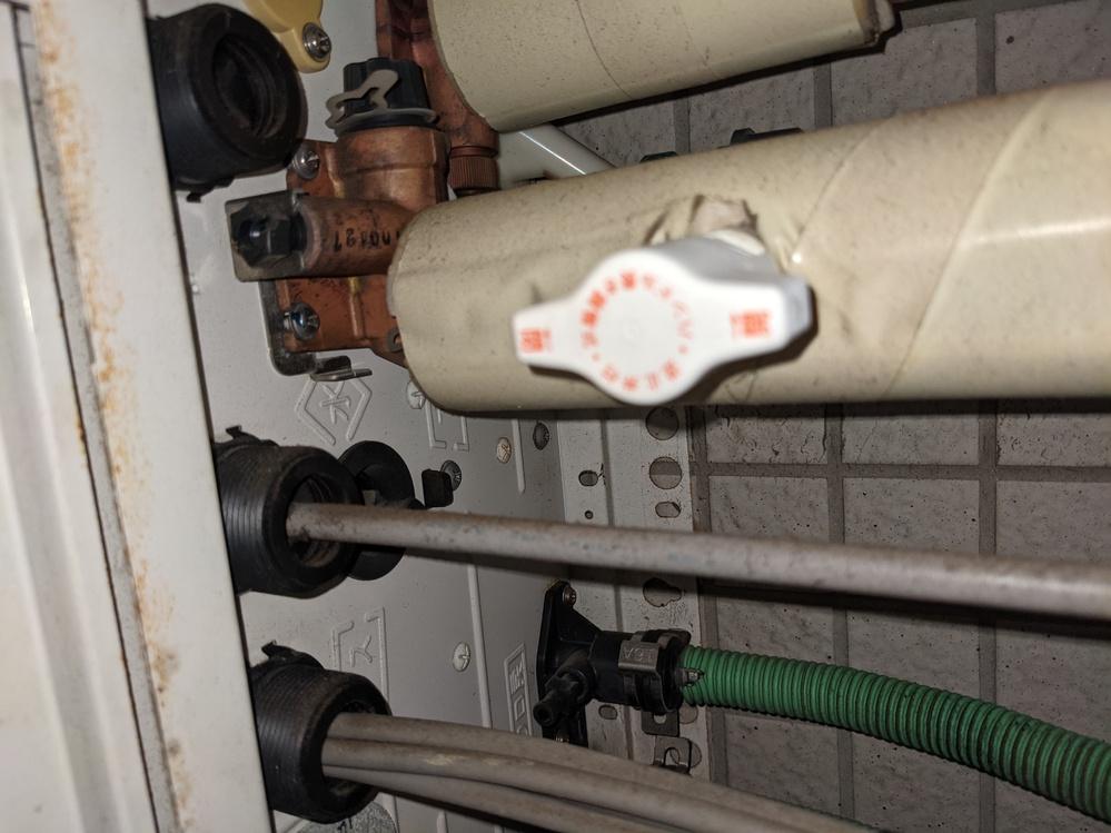 給湯器の分水について質問させてください。 ベランダに水道がついていないので、 給湯器に流れ込む水を分水したいと考えています。 給湯器を見てみると、写真のようになっているのですが、 これはすでに分水できるようになっているのでしょうか。 写真の白いレバーは「水」の管についていて、 給湯器に取り付ける部分が分岐していているように見えます。 (右向きにある黒いキャップ) これを外して、蛇口のようなものを差し込めばうまくいくのでしょうか。 素人で分水ができるか、アドバイス頂けると大変助かります。 宜しくお願い致します。