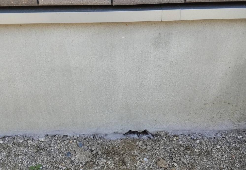 欠陥住宅でしょうか? 昨年某住宅メーカーにて家を建てたのですが、基礎の部分に空洞のようなものが出来ているのに気付きました。 引き渡しが終わってしばらくしてから雨の日、この変に水溜りが出来ていて、...