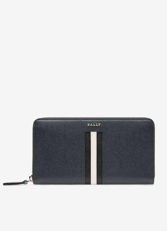 Ballyのこの長財布どう思いますか? 30歳男です。財布の買い替え検討中ですが、いろいろみてBallyの財布を気に入りました。ラウンドジップのものを考えており予算は最大11~12万円。Ballyだと6~7万で手頃だし、実際にみて実用的だと思いました。 ただデザインがちょっと20代向けかな?と思ったのですが、画像のものは30歳でもっていても変ではないでしょうか? ちなみに、Ballyに行きつくまでに百貨店や路面店でも、冷やかし客と思われるのは覚悟でいろいろみたんですが下記の感じでした。 ・ヴィトン:ヴェルティカルはお札・小銭が取り出しにくそう。 ・プラダ:中に厚めの仕切りがありブカッとした感じがちょっと嫌。 ・グッチ:ブランドイメージが派手で私にあわないかなと。 ・ダンヒル:カード収容数が足りない。 ・エッティンガー:カード収容数が足りない。 ・フェラガモ:ラウンドジップ型のはデザインが好きになれず。 ・COACH:アウトレットが盛況で安っぽいイメージがちょっと気になる。