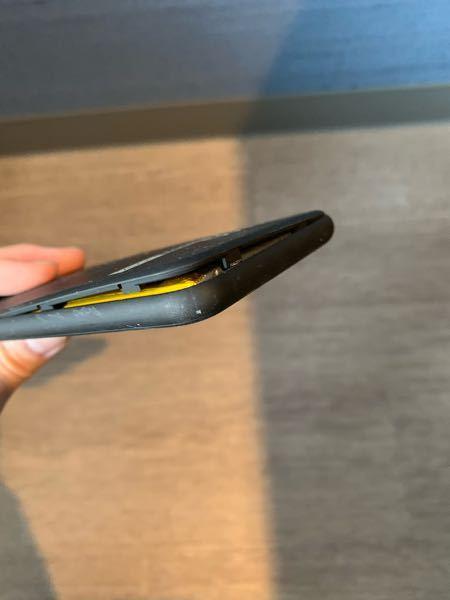 モバイルバッテリーがこのように膨張?していました。直ぐに充電を辞めたのですがこれは捨てるべきですか? 今、合宿の寮にいてどこに捨てればいいのか分からないので捨てることができないのですが、、、 約...