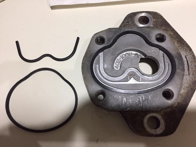 油圧ポンプに関してご存知の方教えてください。 50年前位の古いフォークリフトの油圧ポンプをオーバーホールしております。 当然パーツが無く中のゴム製ガスケットが手配できません。 とりあえずエンジンが壊れるまで使うつもりなので、こういう場合汎用品のガスケットも見つからない場合どう対応されますか? 回転軸のダストシールOリングは汎用品で手配済み 私的に考えているのは液体ガスケットをこれまで使っていた古いゴム製ガスケットに薄く塗りとりあえず使えるかな?と考えておりますが。 小型のフォークリフトで無理すれば手で運べる程度の物しか持ち上げないので、リフトアップ中に災厄突然壊れても事故が起きるような使い方はしないので、何か良いアイデアお持ちの方はご教授お願いします。