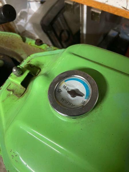 前回、一度質問しましたが写真を付け忘れたので改めてお願いします。 HONDAのカレンというバイクをレストアしてます。 ガソリンタンクの燃料ゲージがして満タンを示したまま動かないので一度取り外してみたいのですが、多分ガソリンキャップみたいに回すか?上に引っ張るか?どっちかだとは思うのですが力技でやると壊れてもなので、どのように取るかわかる方教えてください。