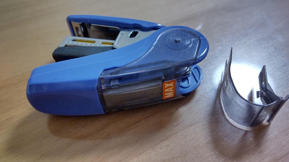 MAXのHD-10NL という型番のホチキスの部品が外れました。 これはどこに差し込む部品なのでしょうか?