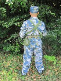 装備の更新が遅い部隊の兵士は何故写真のように帽子を被るのですか? いくら更新が遅くても旧式のヘルメットぐらい支給されると思うのですが… 純粋に気になったので質問しました。