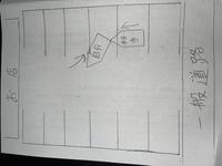 知識不足の私に御教示お願い致します。  先日、添付した図のような事故をしました。 私はバックしながら駐車スペースへ進入しており、相手は図のように駐車枠を踏みながら駐車場に侵入して来ていたらしく図に描いた通りの位置で停車していたとの事です。  相手の言い分としては、 ①私がバックで駐車しているのは分かっていた。 ②前の駐車場に頭から入ろうとしていた。 ③バックしている私が止まって...