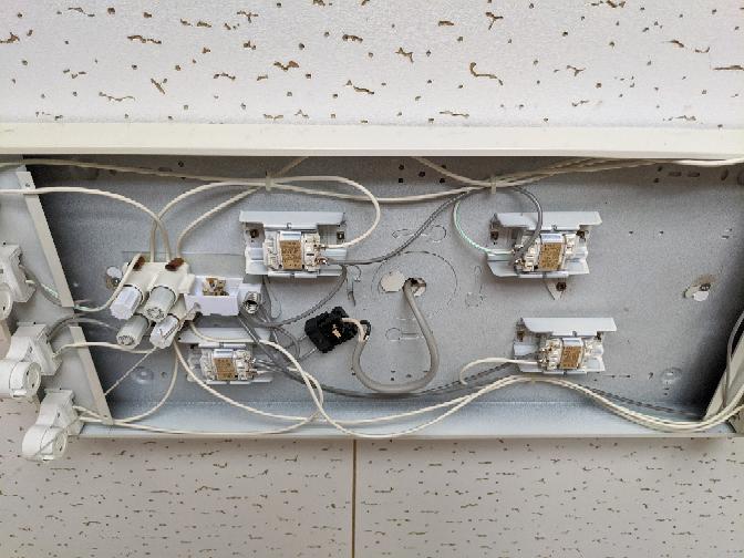 天井照明で写真の照明の交換を考えています。どのようなタイプを選びどのように交換すればいいですか? 型式名:FP2024w 三菱電機