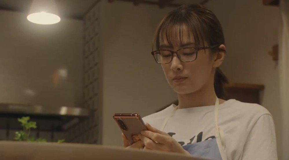ドラマで例えば仕事中とかプライベートでメガネを掛けるシーンがあります。 私はあれは不要だと思うのですが、みなさんは有った方がいいですか? 実際、どれくらいの度数かも分からないんだから無くても問題ないですよね。