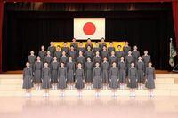宝塚音楽学校の109期について疑問があるのですが、入学式の集合写真を見ると39人しかいません。 40人と報道されているのになぜ39人しかいないんでしょう? 皆さんも気付きましたか?(´⊙ω⊙`)
