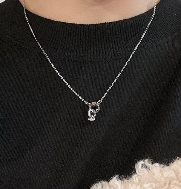 このネックレスはどこのブランドか分かる人いますか?