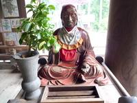 西国三十三所霊場の岐阜県谷汲山華厳寺の本堂に入ってすぐ右にあるこの坐像は何?誰?でしょうか? 帰ってきてそういえば何もわからないことに気づきました。  名前やご利益など知っている方、よろしくお願いします。