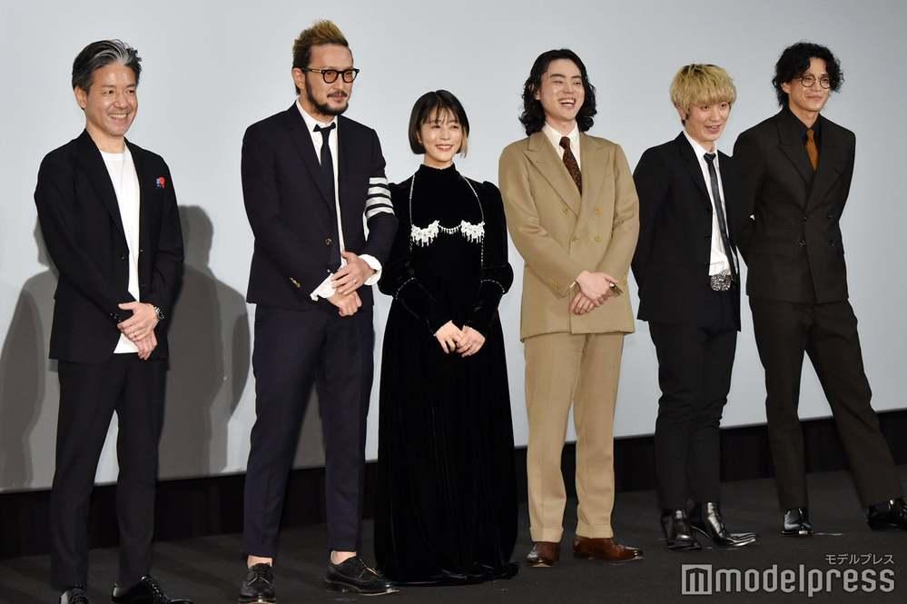 見えにくくてすいませんが 映画キャラクターの舞台挨拶の時の 1番右にいる小栗旬さんのパーマって スパイラルパーマですか? それともセットですか?