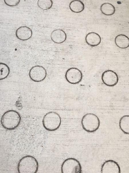 よく道にあるこんな感じの丸がある道って何のために丸があるんですか?