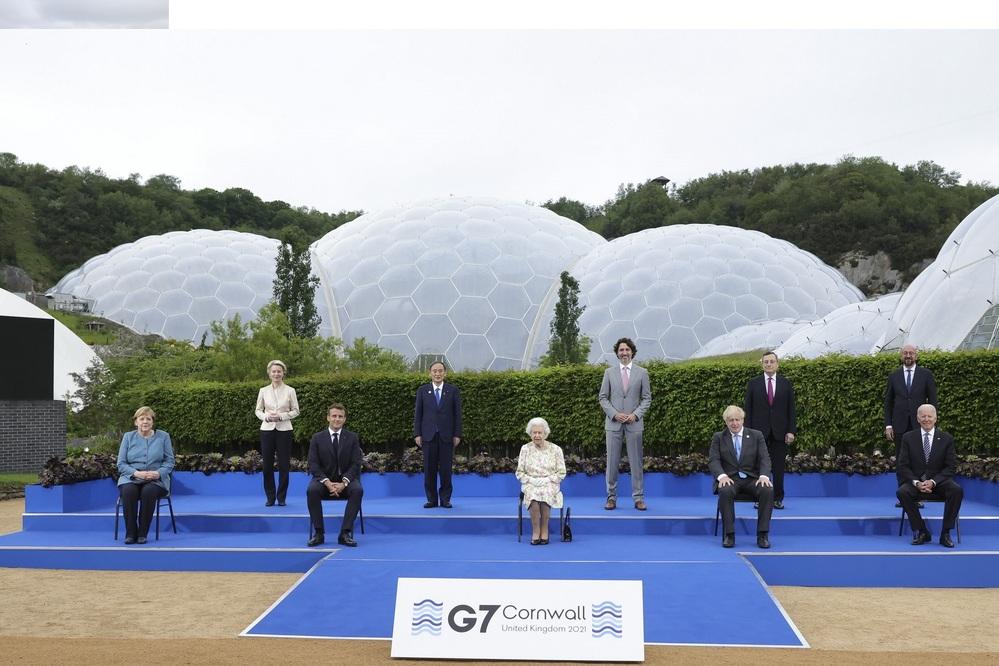 写真に写っている人物は、 前列左から、ドイツ首相、フランス大統領、イギリス女王、イギリス首相、アメリカ大統領 後列左から、欧州委員会委員長、日本首相、カナダ首相、イタリア首相、欧州連合大統領 ということで合ってるのでしょうか? https://shinjukuacc.com/20210613-01/#i-10