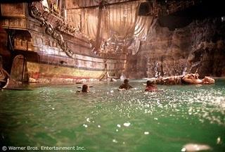 先日、金曜ロードショーでグーニーズが放送されてました。子供たちが海賊船を発見したシーンで水上に浮かぶ岩? かと思ったら巨大な女性のようなものが浮かんでいますが、特に触れられてなかったような気がします。あれはなんでしょうか。