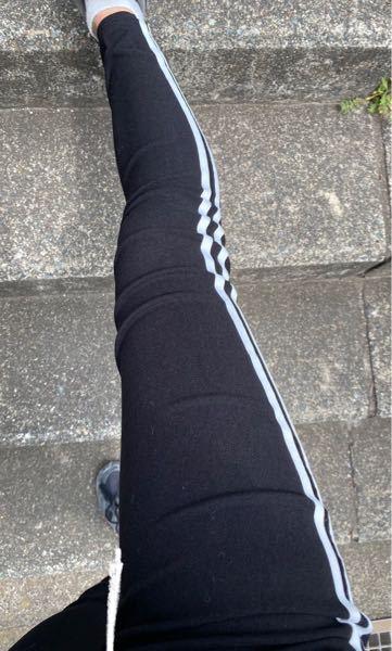 時間もなくいい服(ズボン)がなかったため スキニーで塾に行っているのですが 自分の太ももの太さがコンプレックスなので できるだけ履きたくないんです。 でもスキニーは足が細くみえる って言うしこれで細く見えるのなら 遊びに行く時なども 履いて行きたいのですが これって足太いですか? (見ずらいので足と足が重なっている部分は 白で足のラインを引きました) ※決して足を細く見せようと 白で足を削ってるとかそういうことでは ありませんので。