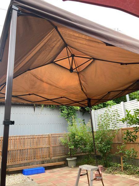 庭でバーベキューでもしようと、タープテントを張ろうとしているのですが、傘部分の張りが伸びきりません。 原因が分からず困惑しております。 何が間違ってるのでしょうか?? それとも不良品?? 四隅のコーナーはカチッとなるタイプではなく、傘の中央でカチッとするタイプです。