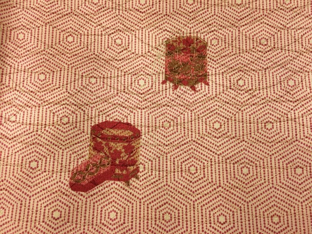 着物の生地です。絵柄の一部(写真参照)に手行灯のような六角柱の形をした物に足の生えた、蓋付きの何かがあります。これは一体なんでしょうか。 名称をご存知の方よろしくお願い致します。