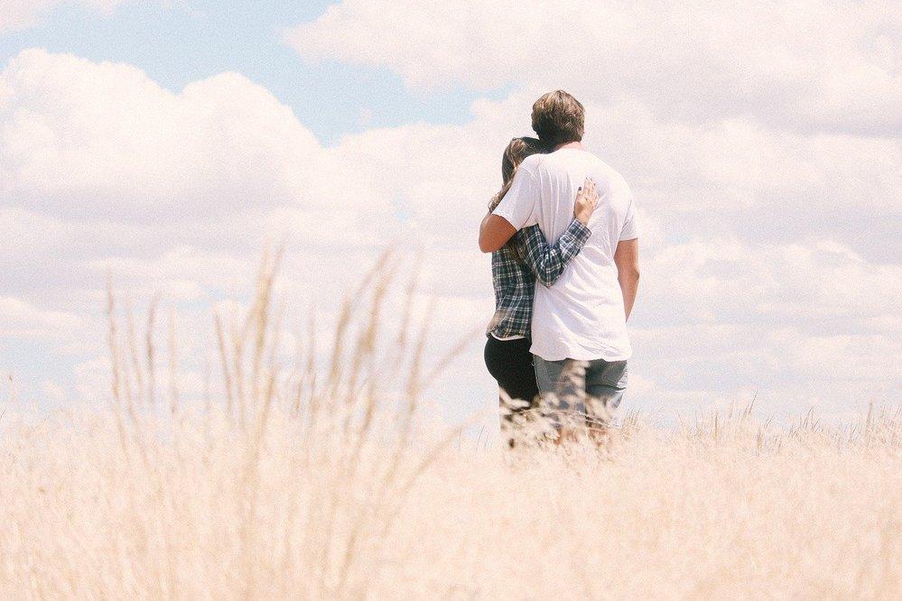 「ひと夏だけの恋」や「夏の別れ」を歌った名曲はありませんか?【邦楽限定】 . 夏はビーチや行楽地での出会いなど「恋の始まり」や「愛の冒険」wをイメージしてしまう季節ですが、現実にはその逆の、「ひと夏しかもたなかった恋」「夏の終わりと同時の/夏のあいだの破局」などもきっとたくさんあるはずです。 今回は敢えてそういう「失恋歌」や「破局歌」にあたるいい曲がありましたら【邦楽限定、最大2曲までで】ご紹介ください! '70~'80年代の楽曲はとくに歓迎&優遇ですw 質問者自身の回答は ◆『夏土産』- 中島みゆきさん ♪夏が終わってとどけられる 夏土産とどけられる あなたと同じ場所からの貝殻と恋人たちの写真・・・ 短い試聴 https://qr.paps.jp/dIG82 歌詞 https://qr.paps.jp/j4R8W ◆『雨のクロール』- 森田童子さん ♪夏の川辺に二人は今日別れる ぼくは黙って草笛吹いた・・・ http://y2u.be/Do9UM6e6VVE (歌詞はコメント欄に有志による掲載あり…)
