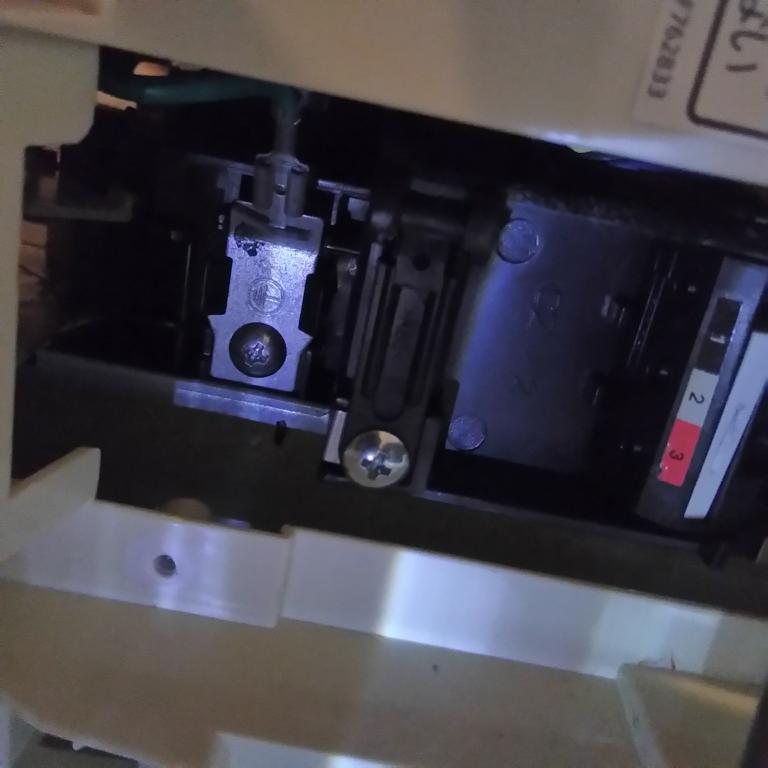 画像の中心の左にあるネジ(黒く映って見えますが、実際は普通の銀色です)は、 アースネジでしょうか? これと壁のコンセントのところのアース接続口を繋げば良いですか? 室内機です。