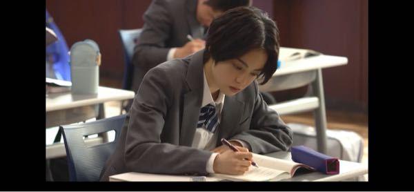 この平手友梨奈ちゃんのシャーペンの持ち方についてなのですが、どうやったらこんなに人差し指と中指の間に隙間が出来るのですか? 私が小四の時に好きな男の子の鉛筆の持ち方の真似をしていたら正しい持ち方...