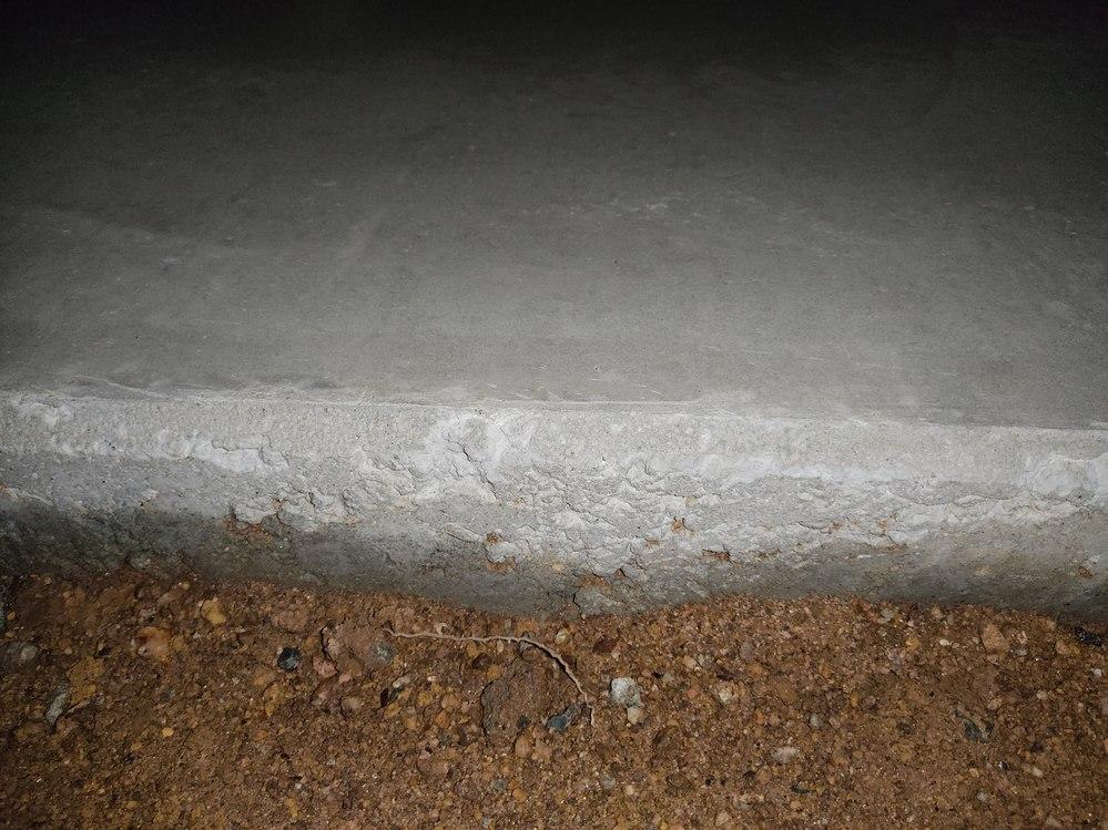 駐車場コンクリート工事をお願いしたのですが側面の仕上がりが汚く石ばかりでしたが、これは強度に問題はないのでしょうか? 奇麗に仕上げてほしいとお願いするのは問題ないでしょうか? 画像のようなザラザラ面が側面ほぼ全周にあります。