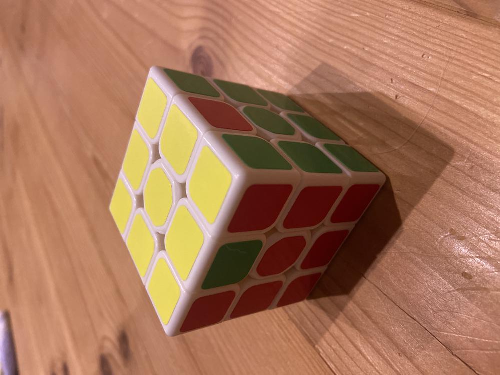ルービックキューブが揃いません。 以前落として6面真ん中の蓋が取れたので、見よう見まねで上下に黄色と白、横は赤から右に緑、オレンジ、青の順番で入れて揃え始めましたが、何故かこの二箇所だけが揃いま...