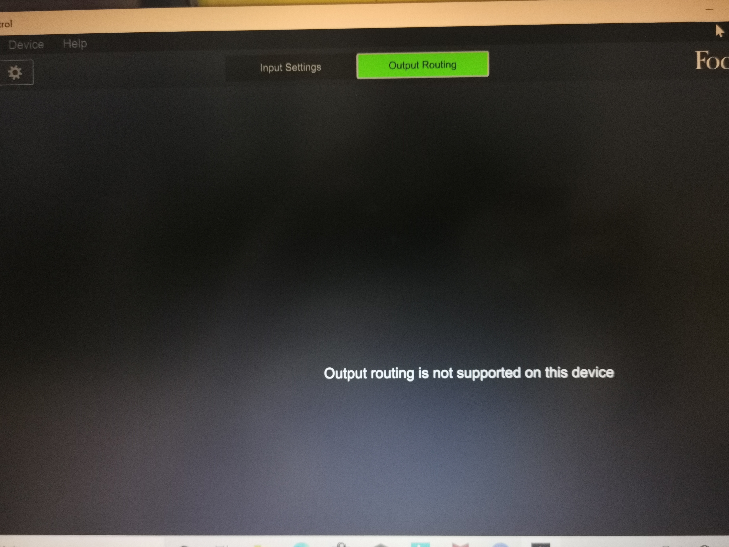 先日、Focusriht Scarlett Soro Studio Pack (3rd Gen) AmazonオリジナルRECセットを購入致しました。 Focusrite Controlをパソコンにインストールしてオーディオインターフェースに繋いだのですがどうしてもこのOutput routing is not supported on this device という文字が出てきてしまい操作ができません。 右も左も分からない初心者のためどうしてこうなってるのかが全くわからず、サイトを調べても外国語のサイトが多くてどうすればいいのかわからずに悪戦苦闘しております。 どうかどうしてこうなってしまっているのか原因を手当り次第教えてくださる方はいませんか? もしよろしければ解決策も教えていただけると大変助かります。 作業が全くできずに困り果てていて皆様の知識をお借りしたいです。 どうかお助けください。