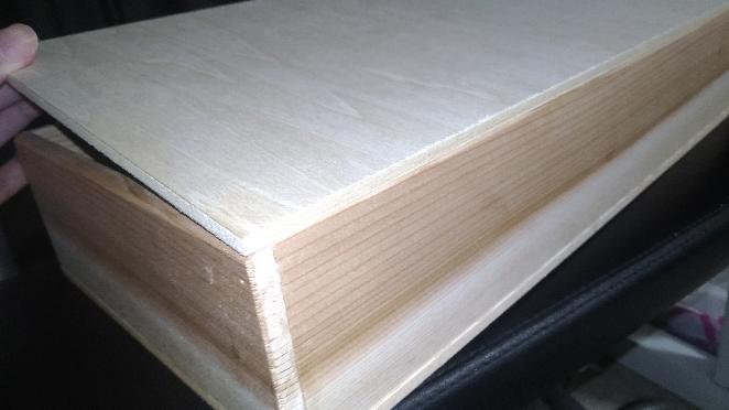 この木箱の蓋に蝶番は付けられませんよね? 木箱の上に5mm厚の板が1枚乗ってるだけです。 開け閉めできるようになる金具ってないでしょうか? パッチンって留める金具も付けたいです。