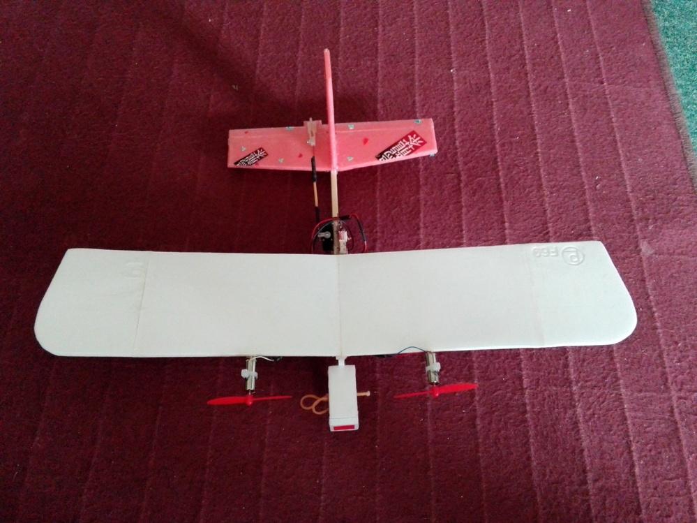 自作 飛行機の主翼、不思議だ、 ## 質問、今完成したので飛ばしたら普通に飛ぶ?? 初めて実験的に主翼をまった 平らに角度付けず、(板状に)モーター水平に着けたら飛ばないと思ってた❗ しかし、飛ぶ現実?いままで湾曲やら沢山試したのが何だったのか、 主翼長さ400mm 幅800mm 材質食材トレイ、飛行機全長250mm 重量47gリポ無しで モーターミニトレドローン用、エレベーター付き3ch ## 1枚の平ら主翼で何故飛ぶのか、揚力無しのはず、回答出来る方教えて下さい。