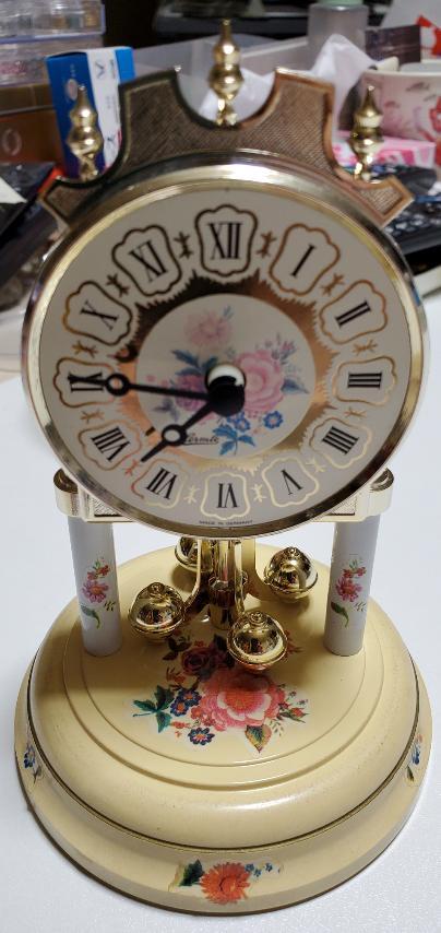 ヘルムレ置時計の修理について こんにちは。 私の長年大切に飾っていたドイツのヘルムレ社の置時計なんですけど……、、 先日うっかり衣装ケースの上に飾っていた置時計を落としてしまい………、、 ガラスのケースが割れ、 振り子の部分が折れたのか、回らなくなってしまいました 旧タイプのヘルムレ社の振り子置時計です。 どこかこの時計を修理して頂ける所をご存知でしょうか…? 出来ましたら宅配で送って修理可能な所を探しています。 ご存知なら是非教えてくださいm(*_ _)m お願い申し上げますm(*_ _)m 写真を添付致します ♀️↓↓