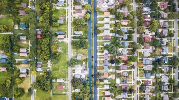 この写真は、米国デトロイトのジェファーソン・チャーマーズ地区と、グロス・ポイント・パーク地区らしいのですが、左右どっちがどっちの地区ですか?そして、どちらの方が裕福なのでしょうか。