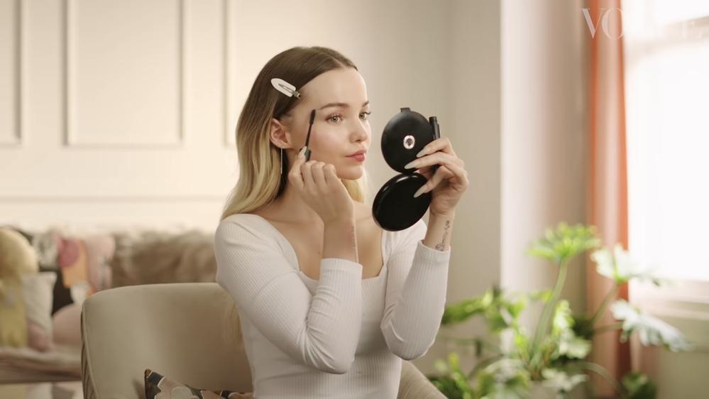 Vogueのユーチューブチャンネルに公開されているダヴキャメロンのツヤ肌ドーリーフェイスの動画の中でダブキャメロンが使っていたこの手鏡がどこ のものか分かる方はいますか?もし可能でしたら購入でき...