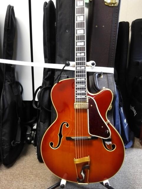 憂歌団の木村充輝の使用するアコースティックギター【添付画像】はどこのメーカーのギターでしょうか? また特注品でしょうか? 価格はいくら程でしょうか?