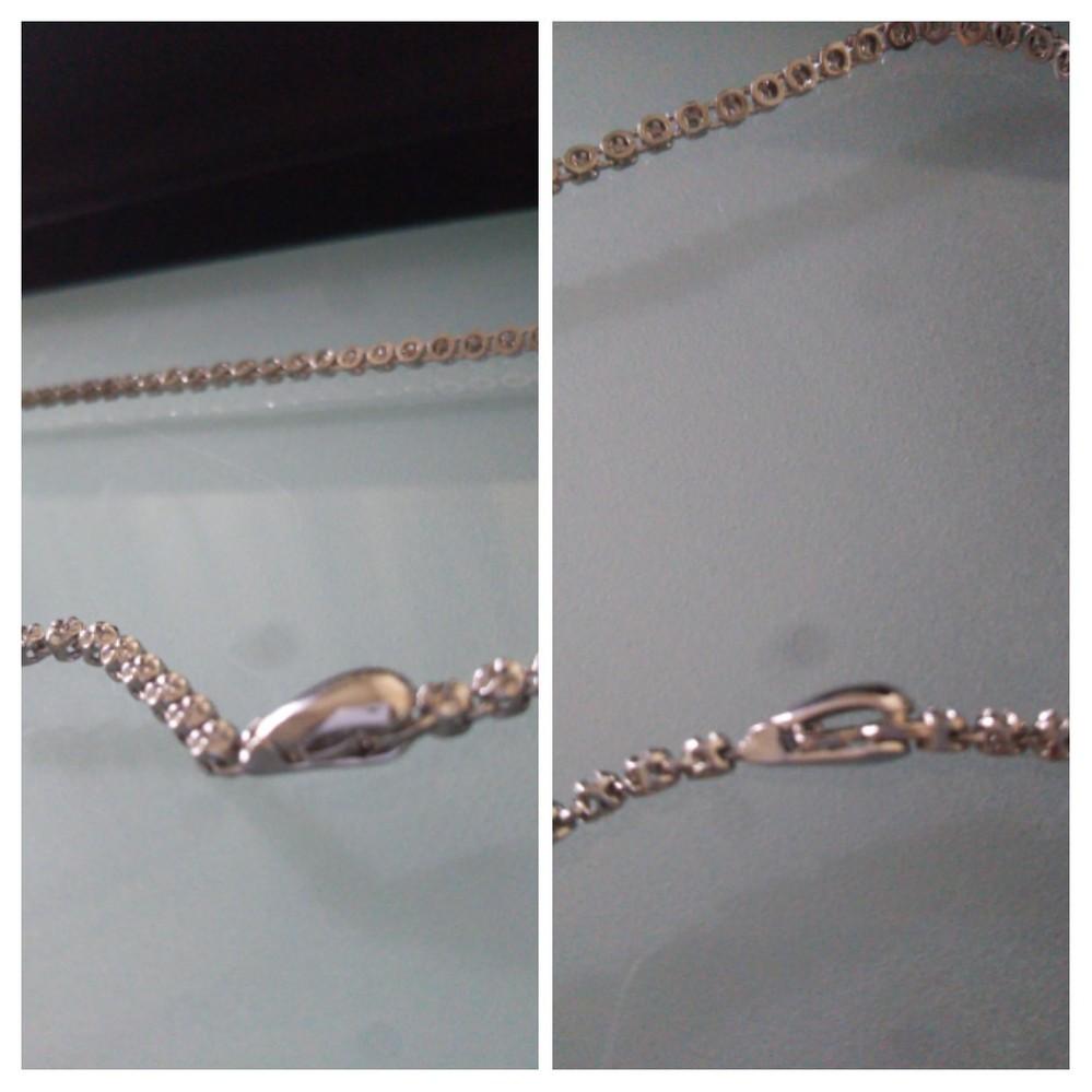 ネックレスの留め具について 購入したネックレスの留め具の形状が初めて見るタイプで外し方が分からず困っております。 お手数ですがご存知のかた 画像のタイプの外し方・留め方をご教示下さいませ。