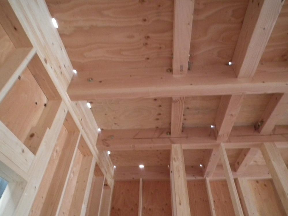 質問お願いします。 只今 建設中で 1週間ほど前に棟上げが終わりました。プレカット仕様です。 下から2階を見上げると 隙間ができていて光が漏れています。 イメージでは大工さんがカットされた木材を 組み立て、入りにくいところはトンカチでたたき入れていく、、、と思っていました。なので隙間ができないと思っていたのですが、プレカット仕様は 少し余裕を持たせているのでしょうか? プラモデルのようにきっちり隙間なく組んでいくものと思っていました。 心配しなくていいことなのでしょうか? 詳しい方 教えてください。 よろしくお願いいたします。