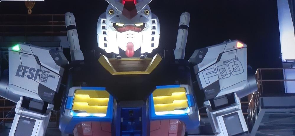 横浜、動くガンダムですが胸のダクトの部分が光りますが現実の兵器や機械でダクトって光ったりするものなんですか? あそこが光ることに何の意味があるんでしょうか?