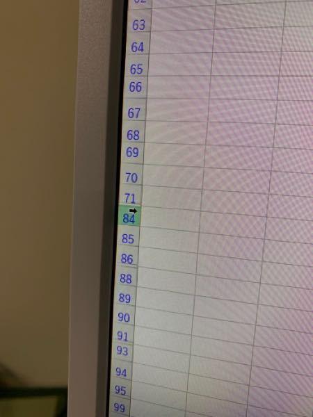 Excelで何かした記憶はないのですが、行がとびとびになり中に収納された状態になり、一つ一つ出していかないといけません、行を全選択しシフト押しながら広げても収納された行はでてきません。 どうして、こんなことになったのでしょうか?