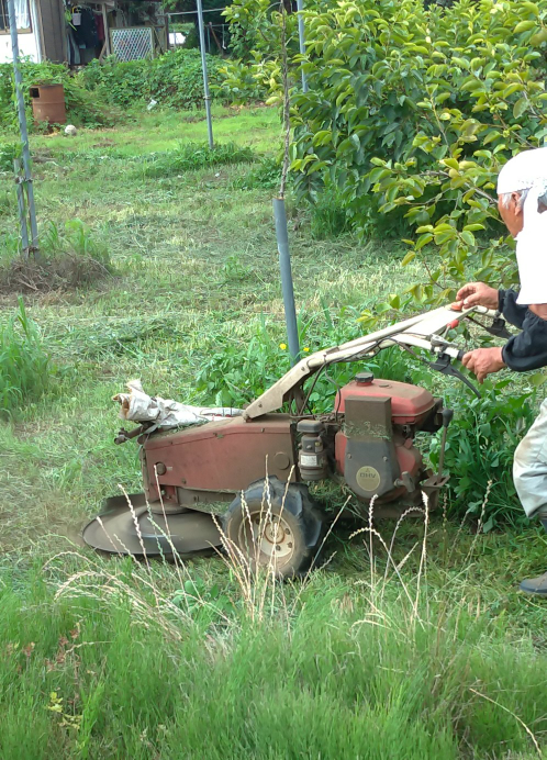 農業機械に詳しい方に質問です。 この草刈り機?もしくは耕運機のアタッチメントはなんという機械でしょうか?