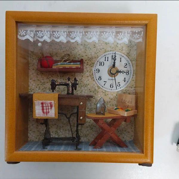 このようなミニチュアのようなドールハウスのような置き時計の名称を教えて頂きたいです。 色々な種類を見てみたいのですが、それっぽい検索ワードを入れてもなかなかヒットしなくて具体的な名称が知りたいです。