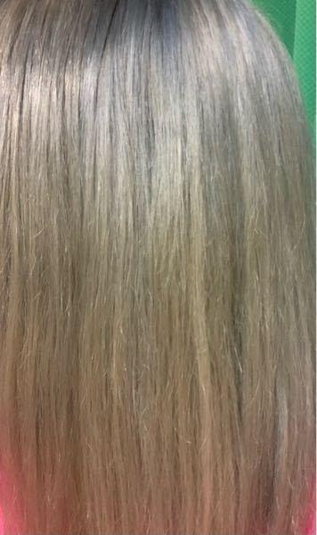 元々金髪で、アッシュのカラーを入れたらこのように青と緑っぽい汚い色になってしまいました…。 茶髪にしたいのですが、この色の上から重ねるには明るめの茶色でいいのでしょうか?(セルフの泡カラーです)