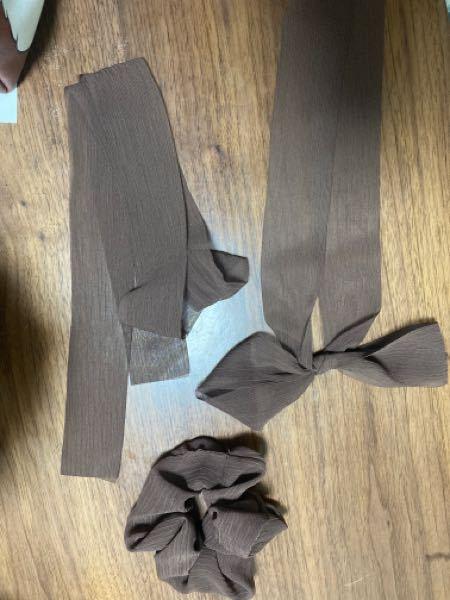 二本の紐でリボンを2重に作る結び方分かる方いませんか?? MIELI INVARIANTというブランドで購入した2重になっているリボンシュシュのリボンの部分が解けてしまいました。2重でリボン結びをしたらいいのかなと思ったら画像とは違う長さや結び目になってしまいます。 この結び方どうやっているかわかる方いらっしゃいますか?? https://zozo.jp/sp/shop/mieliinvariant/goods/48527256/?rid=3074 ⤴︎ 購入したものです とてもお気に入りだったので、わかる方いれば教えていただきたいです!