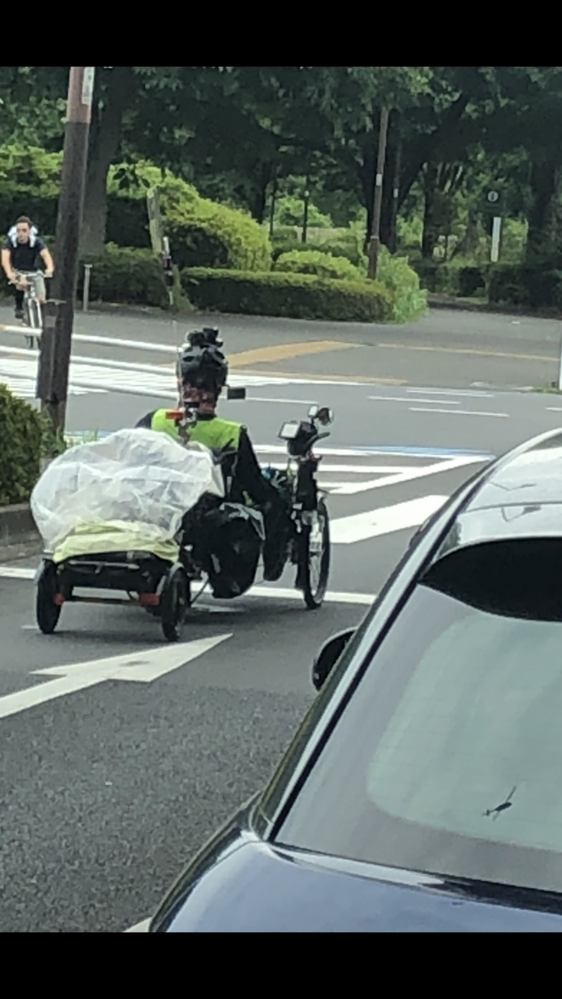 寝そべり自転車(正しい名前がわからない)にあえて乗るのは何故ですか? 画像の人はヘルメットとかに色々な装備がついてるみたいですけどなんですか? カメラとか? それとも少し風変わりな人なのでしょうか?